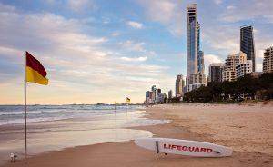 strand skyline surfers paradise australien rettungsschwimmer surfirent